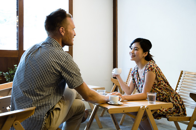 会話する外国人男性と日本人女性