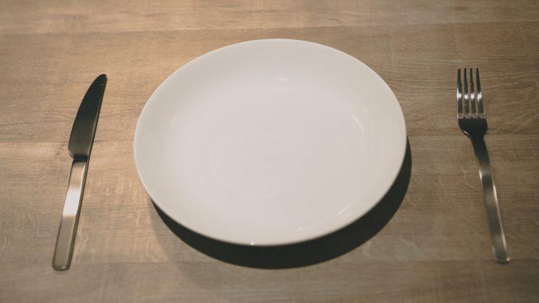 空のお皿とナイフとフォーク