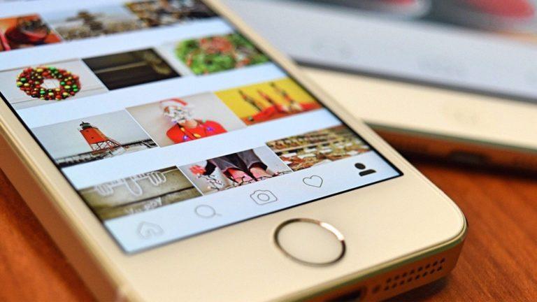 Instagramのアプリを開いたスマホ