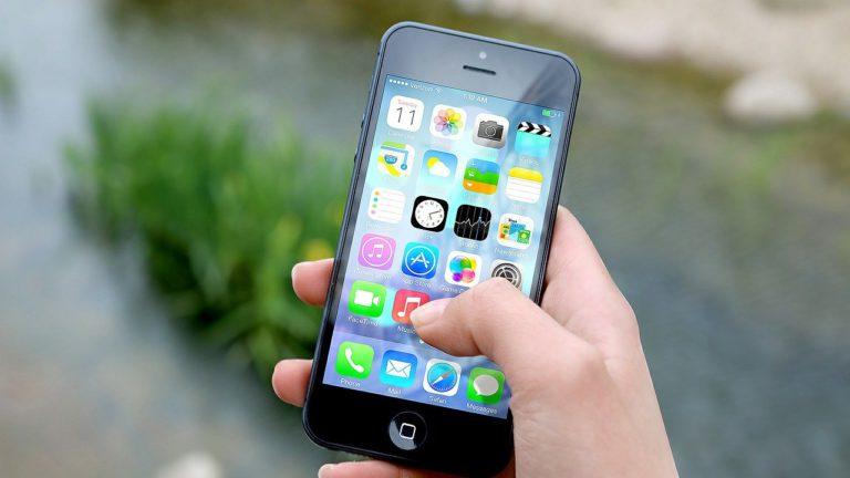 右手に持ったiPhone