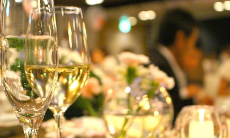 パーティー会場の2つのグラス