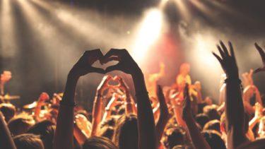 コンサートで盛り上がる若者
