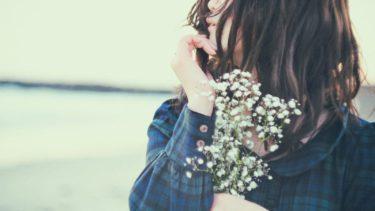 花を持った儚げな女性