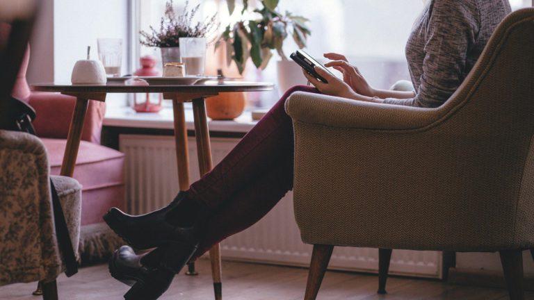 カフェに一人でいる女性
