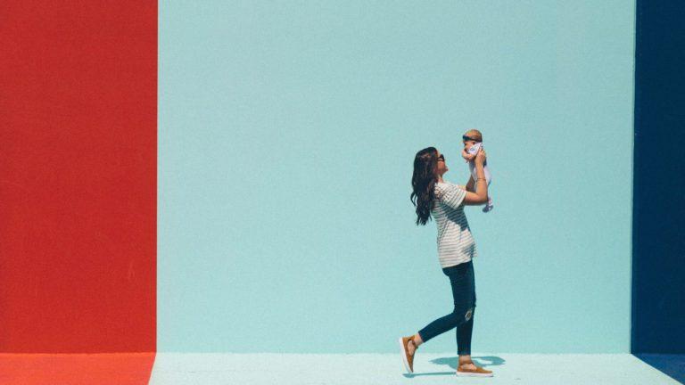 子供を抱き上げる一人の女性