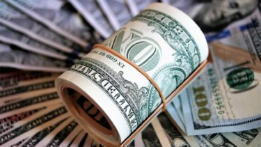 丸められたドル紙幣