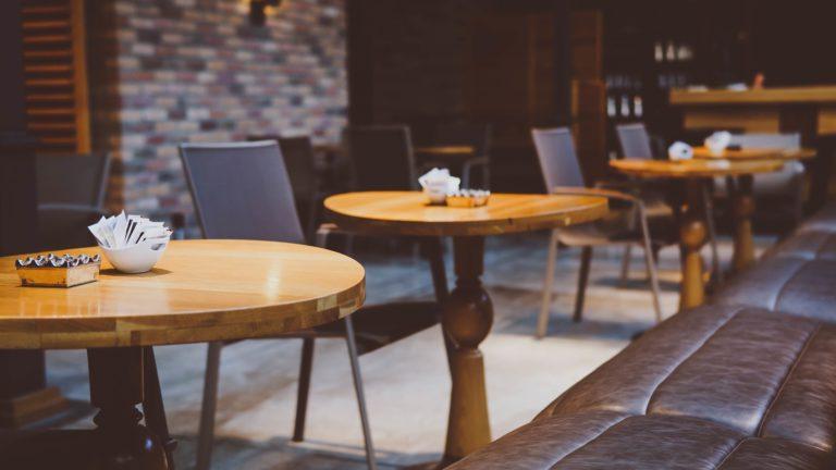 カフェの店内、木のテーブル