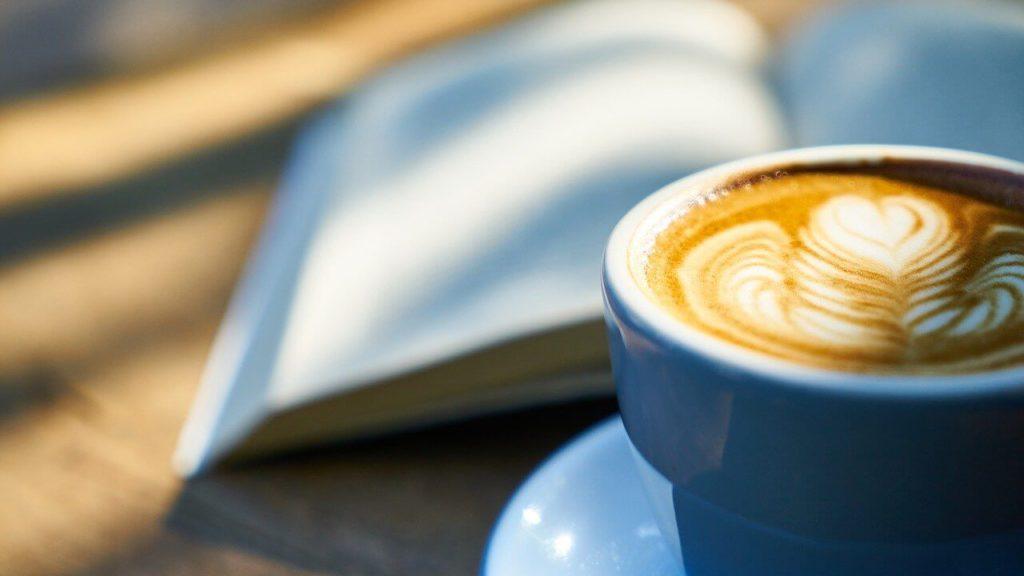 コーヒーと本に差し込む朝日
