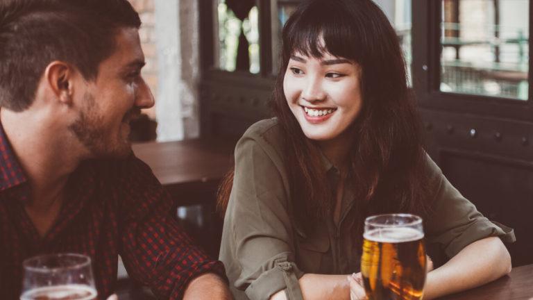 ビールを飲む仲の良い男女